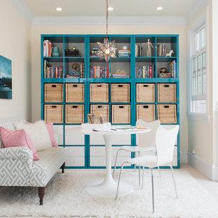 Esempio di una stanza da lavoro chic con pareti beige e scrivania autoportante