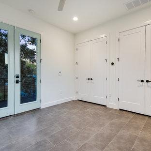 Idee per una stanza da lavoro country con pareti bianche, pavimento con piastrelle in ceramica e pavimento grigio