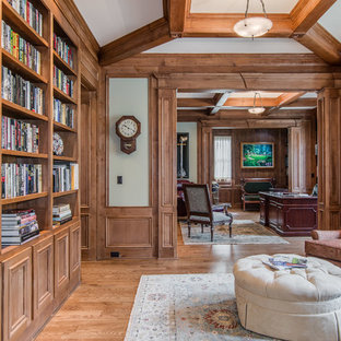 ナッシュビルの大きいトラディショナルスタイルのおしゃれな書斎 (緑の壁、淡色無垢フローリング、暖炉なし、自立型机) の写真
