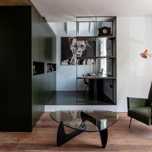 ロンドンの小さいコンテンポラリースタイルのおしゃれな書斎 (白い壁、造り付け机、黒い床) の写真