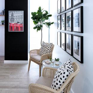マイアミの小さい北欧スタイルのおしゃれなアトリエ・スタジオ (白い壁、クッションフロア、自立型机、グレーの床) の写真