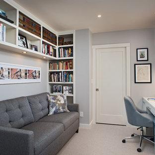 ポートランド(メイン)の小さいコンテンポラリースタイルのおしゃれな書斎 (グレーの壁、カーペット敷き、ベージュの床、造り付け机) の写真