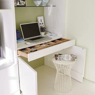 Modelo de despacho contemporáneo, pequeño, sin chimenea, con paredes verdes, suelo de madera clara, suelo blanco y escritorio empotrado