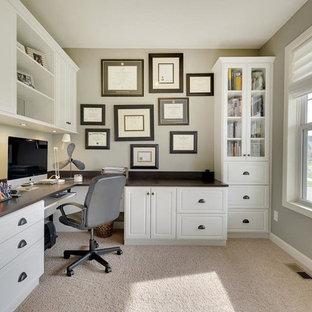 Ispirazione per uno studio american style di medie dimensioni con pareti beige, moquette, nessun camino e scrivania incassata