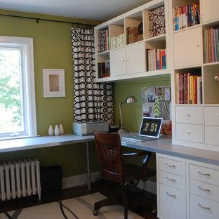 トロントのトランジショナルスタイルのおしゃれなホームオフィス・書斎 (緑の壁) の写真