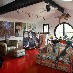 Eklektisk inredning av ett hemmastudio, med vita väggar, ett fristående skrivbord och rött golv