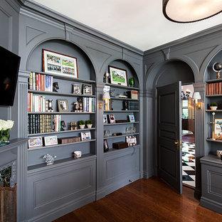 На фото: кабинет в стиле современная классика с серыми стенами и угловым камином с