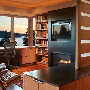 Idée de décoration pour un bureau design de taille moyenne avec un mur marron, un sol en bois brun, une cheminée ribbon et un bureau intégré.