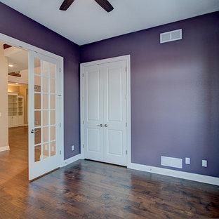 Idee per uno studio chic di medie dimensioni con pareti viola e pavimento in legno massello medio
