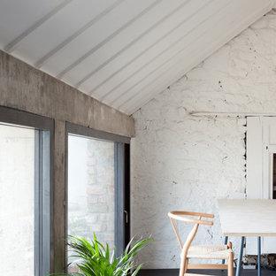 ダブリンの中サイズのモダンスタイルのおしゃれなアトリエ・スタジオ (白い壁、合板フローリング、自立型机、黒い床) の写真