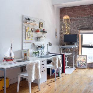 Modelo de despacho escandinavo con paredes blancas, suelo de madera clara, escritorio independiente y suelo beige