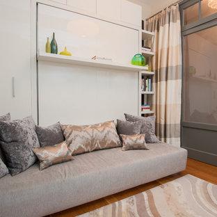 ニューヨークの小さいトランジショナルスタイルのおしゃれなアトリエ・スタジオ (造り付け机、グレーの壁、無垢フローリング、暖炉なし) の写真