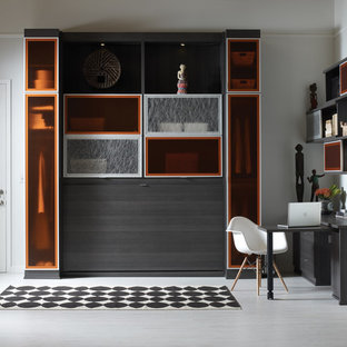 Réalisation d'un grand bureau design avec un mur blanc, un sol en vinyl, un bureau intégré, aucune cheminée et un sol gris.