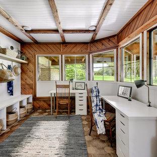 オースティンのカントリー風おしゃれな書斎 (茶色い壁、自立型机、茶色い床) の写真