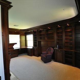 Diseño de despacho clásico, grande, con paredes azules, moqueta, chimeneas suspendidas, marco de chimenea de baldosas y/o azulejos y escritorio empotrado