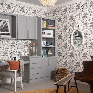 Imagen de despacho clásico renovado con moqueta, escritorio empotrado y paredes multicolor