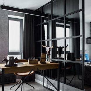 Свежая идея для дизайна: кабинет среднего размера в стиле лофт с серыми стенами, отдельно стоящим рабочим столом и коричневым полом - отличное фото интерьера