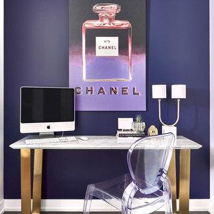 Esempio di un piccolo ufficio minimal con pareti viola, parquet scuro, nessun camino, scrivania autoportante e pavimento marrone
