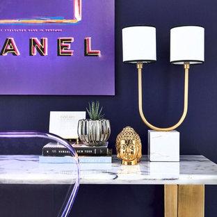 Idee per un piccolo ufficio minimal con pareti viola, parquet scuro, nessun camino e scrivania autoportante