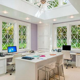 Idee per uno studio tradizionale di medie dimensioni con pareti viola, moquette e scrivania incassata