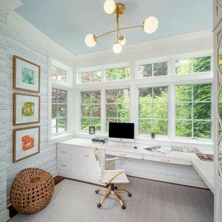 Стильный дизайн: рабочее место в классическом стиле с белыми стенами, темным паркетным полом, встроенным рабочим столом, коричневым полом и обоями на стенах - последний тренд
