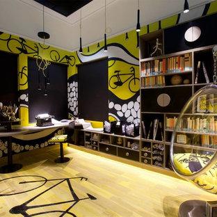 他の地域のコンテンポラリースタイルのおしゃれなホームオフィス・書斎 (造り付け机、黄色い床) の写真