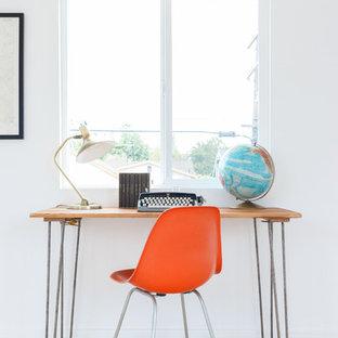 Свежая идея для дизайна: кабинет в скандинавском стиле с белыми стенами, светлым паркетным полом и отдельно стоящим рабочим столом - отличное фото интерьера