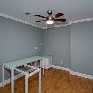 アトランタの中くらいのトランジショナルスタイルのおしゃれな書斎 (グレーの壁、クッションフロア、暖炉なし、自立型机、ベージュの床) の写真