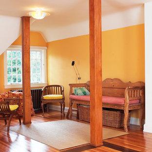 Cette image montre un bureau bohème de taille moyenne et de type studio avec un mur blanc, un sol en bois clair et un bureau indépendant.