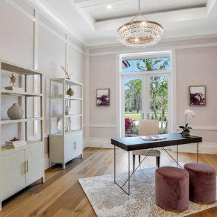 Inspiration pour un bureau traditionnel avec un mur rose, un sol en bois brun, aucune cheminée, un bureau indépendant et un sol marron.