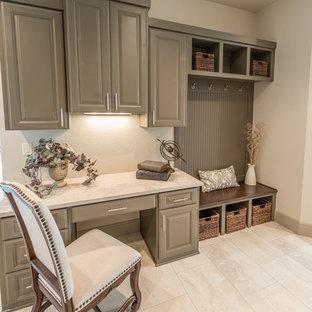 Ejemplo de despacho clásico renovado con paredes blancas y suelo de travertino