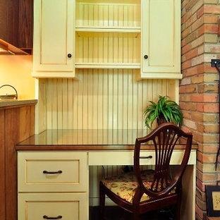 Immagine di un piccolo ufficio classico con pareti marroni, pavimento con piastrelle in ceramica e scrivania incassata