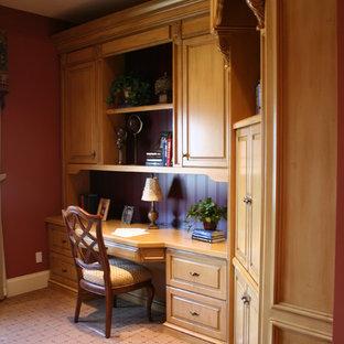 Ispirazione per un ufficio tradizionale di medie dimensioni con pareti rosse, pavimento con piastrelle in ceramica, nessun camino e scrivania incassata