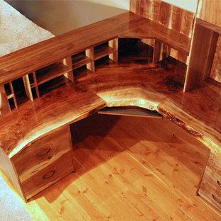 Réalisation d'un très grand bureau chalet avec un mur beige, un sol en bois foncé et un bureau intégré.