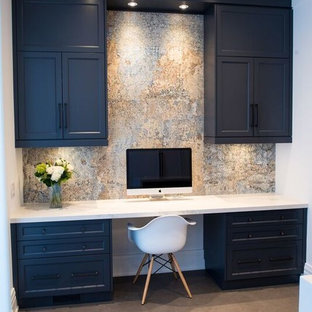 Modelo de despacho contemporáneo, de tamaño medio, sin chimenea, con paredes blancas, suelo de baldosas de cerámica y escritorio empotrado