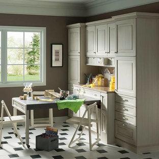 Immagine di una stanza da lavoro chic di medie dimensioni con pareti marroni, pavimento con piastrelle in ceramica, nessun camino e scrivania incassata