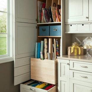 Immagine di una stanza da lavoro tradizionale di medie dimensioni con pareti marroni, pavimento con piastrelle in ceramica, nessun camino e scrivania incassata