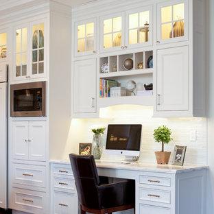 ボストンのトラディショナルスタイルのおしゃれなホームオフィス・書斎 (濃色無垢フローリング、白い壁、造り付け机、格子天井) の写真