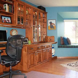 Idee per un ufficio classico di medie dimensioni con pareti blu, pavimento in legno massello medio e scrivania incassata