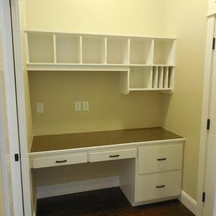 Ispirazione per un piccolo ufficio tradizionale con pareti gialle e scrivania incassata
