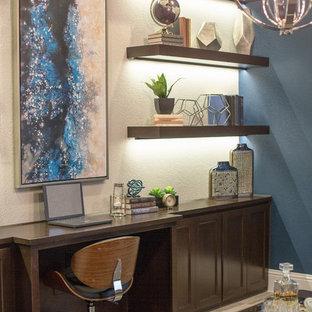 ダラスの広いコンテンポラリースタイルのおしゃれな書斎 (青い壁、セラミックタイルの床、暖炉なし、造り付け机) の写真