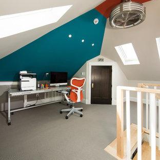 Esempio di un atelier tradizionale di medie dimensioni con pareti multicolore, moquette e scrivania autoportante