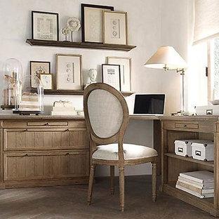 Immagine di uno studio shabby-chic style con pareti grigie, pavimento in gres porcellanato e scrivania autoportante