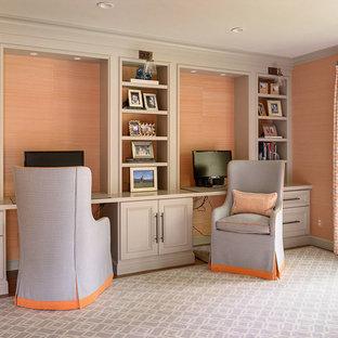 サンフランシスコの広いトランジショナルスタイルのおしゃれな書斎 (オレンジの壁、無垢フローリング、暖炉なし、造り付け机) の写真