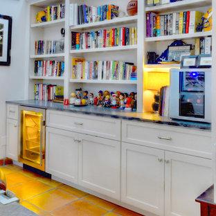 Imagen de despacho clásico renovado, de tamaño medio, sin chimenea, con suelo de baldosas de terracota, paredes blancas y escritorio independiente