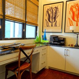 Foto de despacho contemporáneo, de tamaño medio, con paredes blancas, suelo de madera en tonos medios y escritorio empotrado
