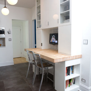 Idee per un piccolo ufficio minimal con scrivania incassata, pareti bianche, pavimento con piastrelle in ceramica, nessun camino e pavimento grigio