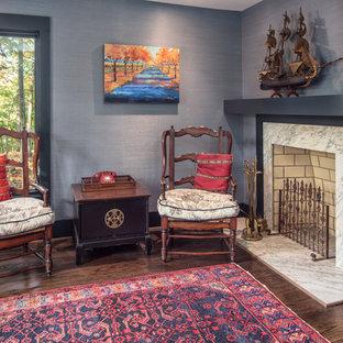 シャーロットの中サイズのアジアンスタイルのおしゃれなホームオフィス・仕事部屋 (ライブラリー、グレーの壁、無垢フローリング、コーナー設置型暖炉、石材の暖炉まわり) の写真