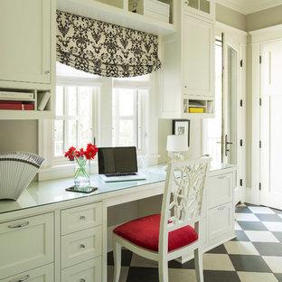 Cette image montre un bureau traditionnel avec un sol en linoléum et un sol multicolore.