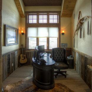 Foto på ett rustikt arbetsrum, med mellanmörkt trägolv